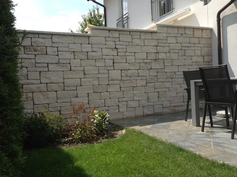 Mauer aus getrommeltem Jura Kalkstein in Rebmauerwerk ( Neufahrn - Eching)