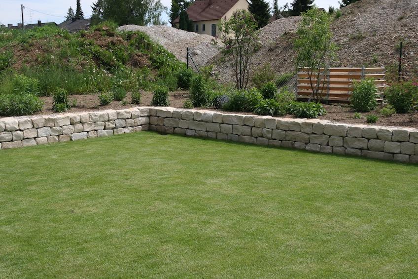Die Rasenfläche mit 10x10m liegt knapp 50cm tiefer als der übrige Garten.  (München)