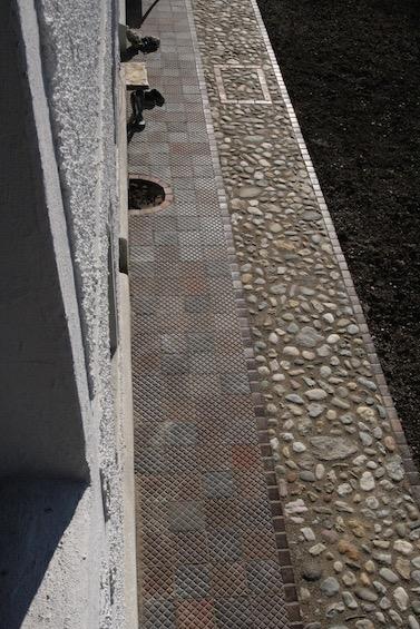 Stufen zur Haustür mit Klinker und Steckkiesel. (Dorfen)