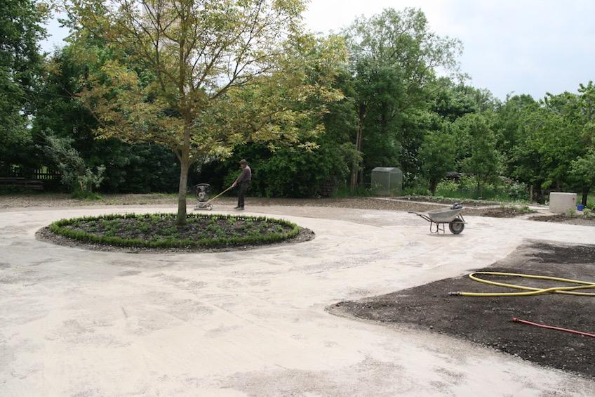 Der Hofbereich wird mit einer wasserdurchlässigen wassergebundenen Decke befestigt. Der Hofbaum wurde mit Buchs eingefasst und Storchenschnabel und Frauenmantel bepflanzt. (Dorfen)