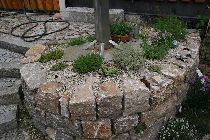 Kräuterspirale mit Muschelkalk Mauersteinen (Attenkirchen bei Freising)