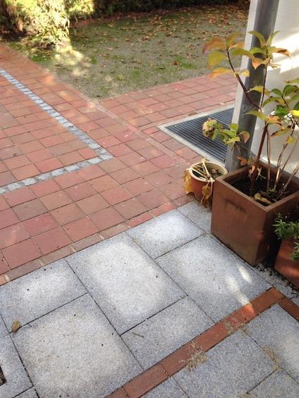Belag aus Klinker und Granit im wechselseitigen Muster. (München)