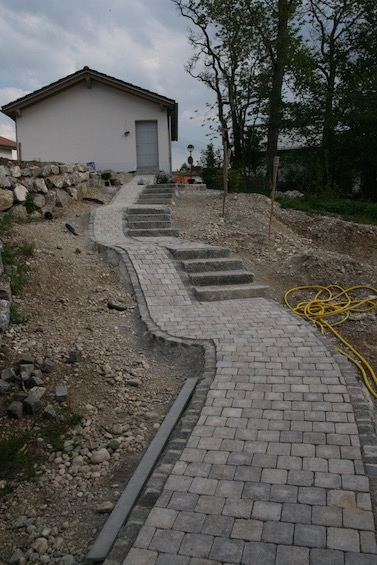 Zum Überwinden des großen Höhenunterschieds wurde eine Treppe mit Rampe kombiniert. (Deisenhofen - Oberhaching)
