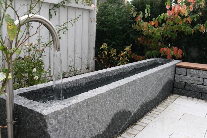 Wasserbecken aus Granit nach Maß mit Auslauf aus Edelstahl. (München)