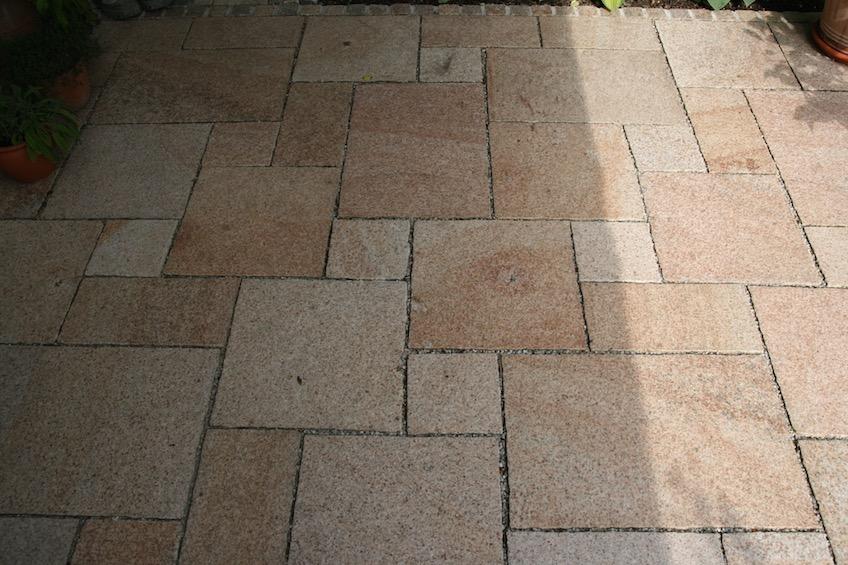 Terrasse mit gelbem Granit im römischen Verband. (Garching bei München)