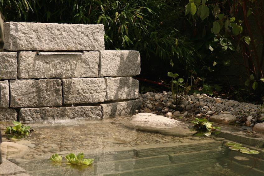 Mauer aus Granit mit Wasserfall. (München)