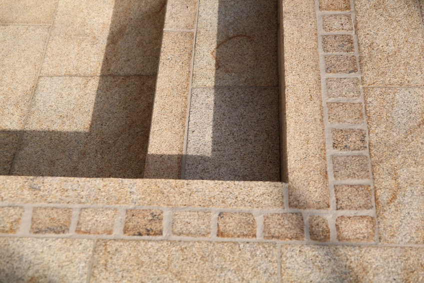 Gelber Granit mit Verfugung aus Kunstharz. (Freising)