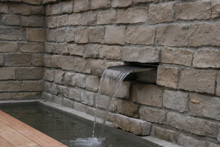 Gemauerte Jura Mauer mit Wasserfall. (Freising)