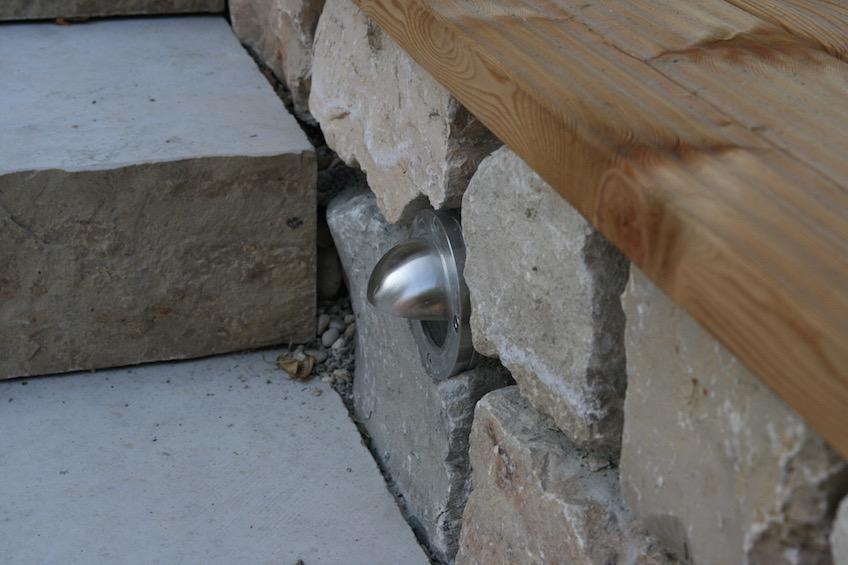 Die Beleuchtung wurde in die trockenmauer eingearbeitet und besitzt eine Kappe, damit sie nicht blendet und das Licht auf die Treppe gebündelt wird. (Freising)